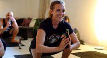 Headbang Beer Yoga, la nueva tendencia en fitness que TODOS quieren probar.