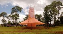 Headbang Warka Water, una torre de bambú que genera agua potable.