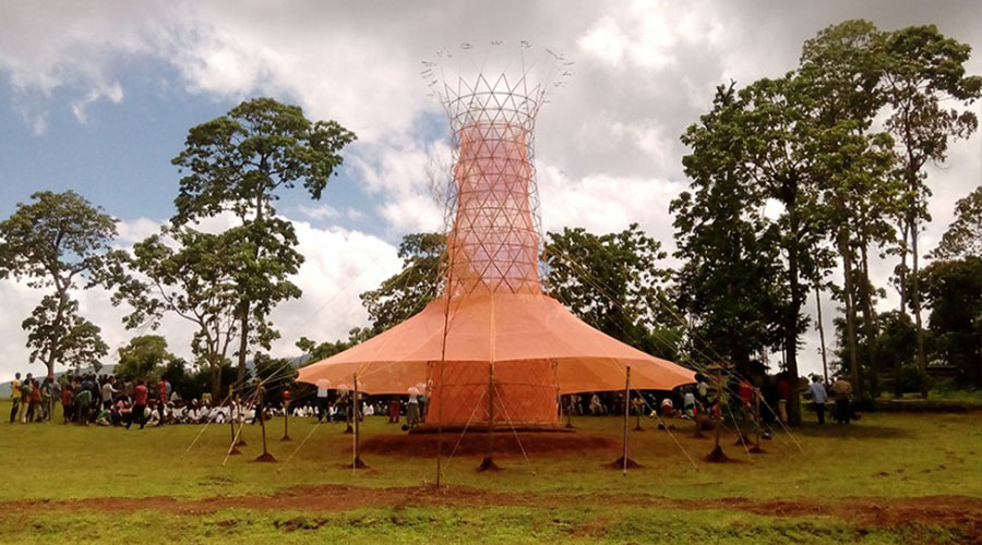 Warka Water, una torre de bambú que genera agua potable.