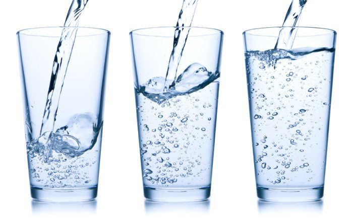 Mitos y realidades de perder peso bebiendo agua.