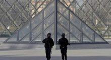 Headbang El museo de Louvre en París ofreció una protesta muy peculiar